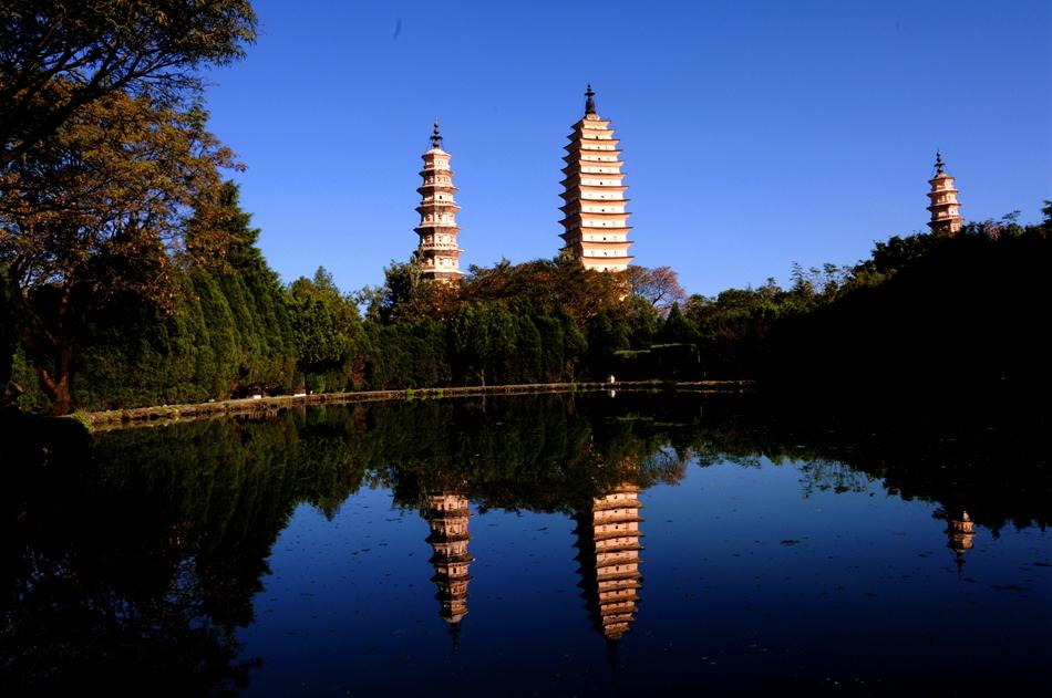 云南大理古城崇圣三塔图片